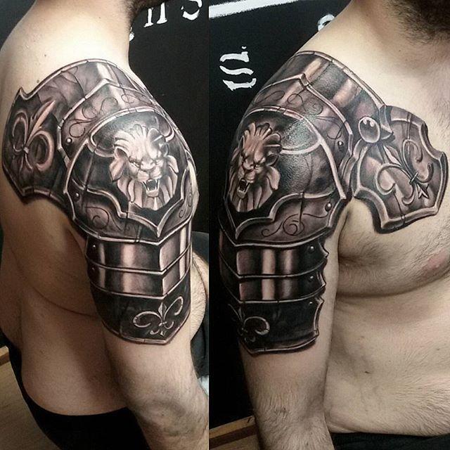 Shoulderplate fleur tattoo