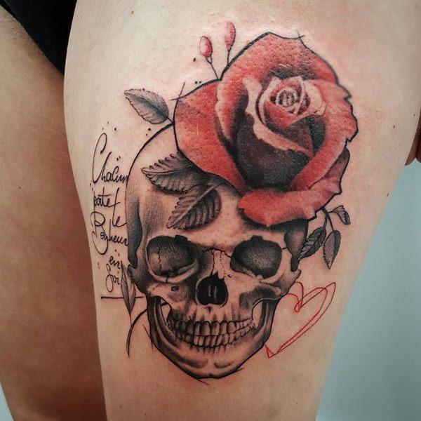 women skull tattoo thigh 1